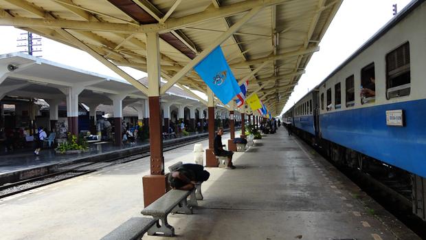 Estación de Phitsanulok. Primera etapa cumplida de camino a Sukothai.