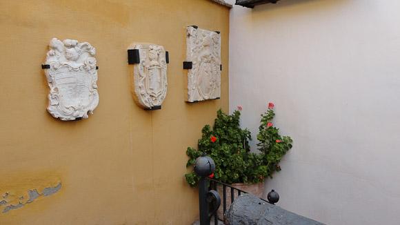 En el patio de entrada se conservan escudos originales de la época.