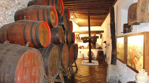 Prensa y botas para guardar el vino.