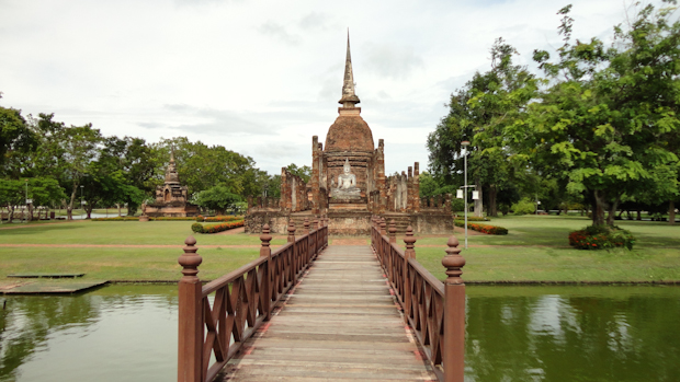 Las pasarelas entre lagos artificiales le dan al parque un punto más de interés.