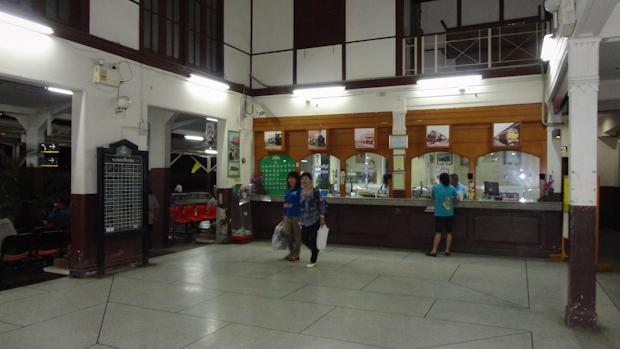 El interior de la estación y las taquillas se fueron vaciando poco a poco.