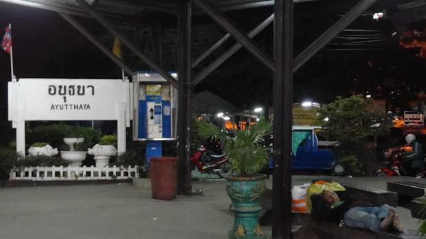 A esas horas y en frente de la estación había un mercado callejero abierto.