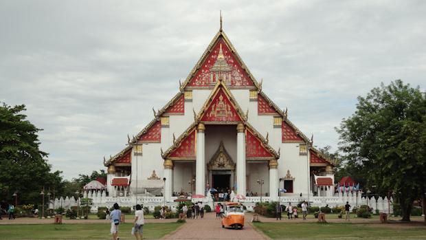 El templo Thanon Si Sanphet, grande y aun así me costó llegar.