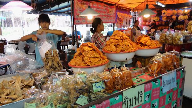 Pescados, calamares secos, frutas y hortalizas fritas y saladas para picar...