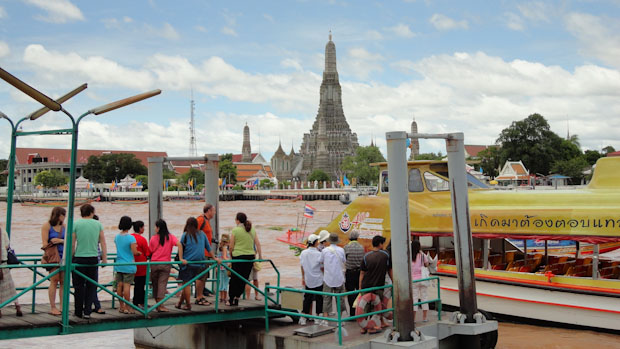 Estación del barco, al fondo la torre principal del Wat Arum.