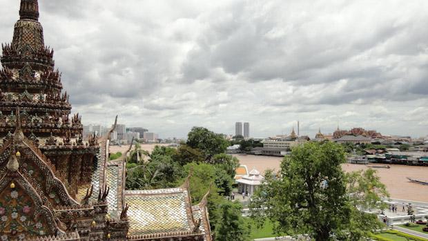 Nubes, sol y verde intenso sobre Bangkok.