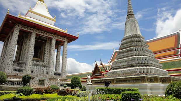 Paseando entre jardines y estancias del templo.