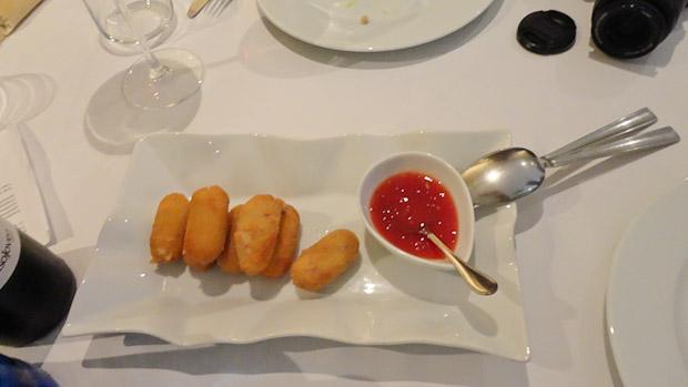 Croquetas de salchichón de Málaga con mermelada de tomate dulce.