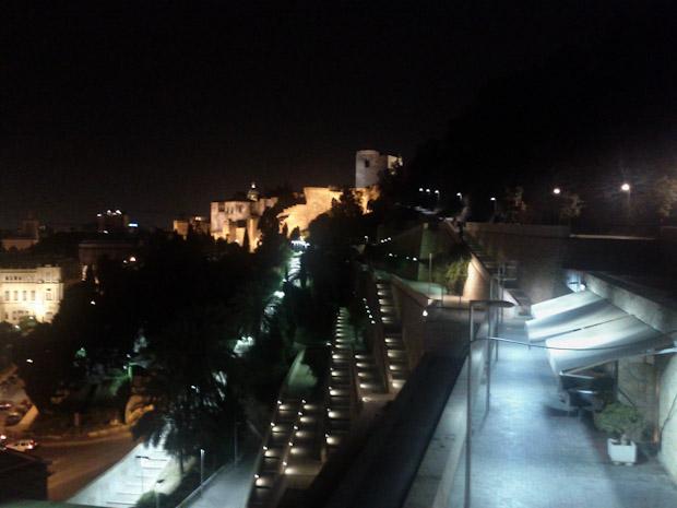 El restaurante MR.1 a la derecha. al fondo la Alcazaba de Málaga.