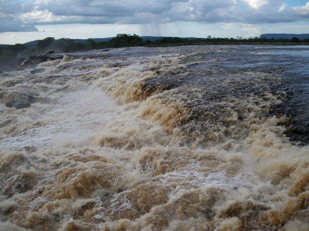 Llegada de las aguas del río Carrao antes de precipitarse en la laguna de Canaima.