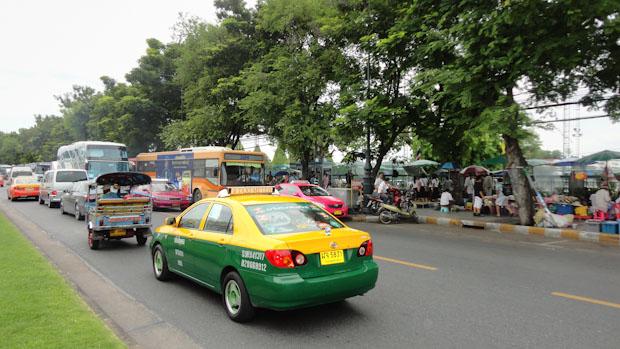 Taxi, autobuses, Tuk tuk y moto taxi, todo en una instatánea.