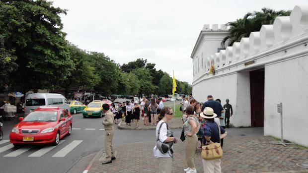 Paradas de taxis frente en uno de los laterales del Palacio Real.