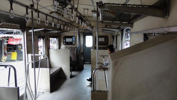 Trenes sencillos de tercera clase sin ninguna comodidad.