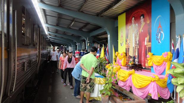 Andenes de la estación sin que falte el altar honorífico de turno a los reyes de Tailandia.