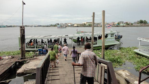 El barco que cruza el río es parte importante en la vida de la población.
