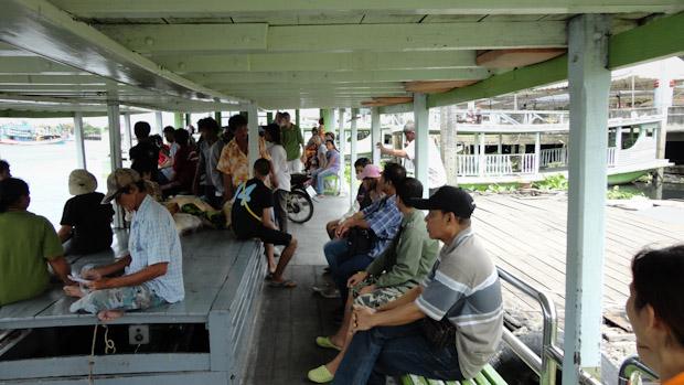 El barco transporta tanto personas, como mercancías y alguna que otra motocicleta.
