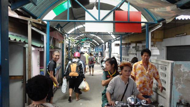 Otro mercado justo en el embarcadero de Ban Laem.