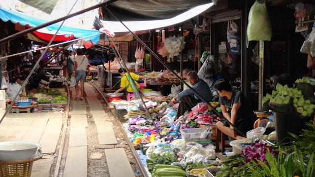 El mercado entre las vías del tren de Maek Long, destino de la primera parte del viaje.