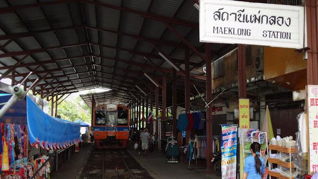 El tren en la estación antes de emprender su camino de vuelta a Ban Laem.