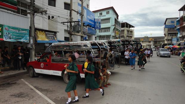 Camionetas compartidas de color rojo tan comunes en toda Tailandia.
