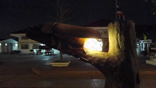 Monumento a la luciérnaga, en el paseo principal del pueblo.