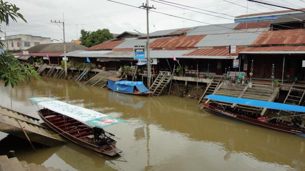 El canal donde se monta el mercado flotante.