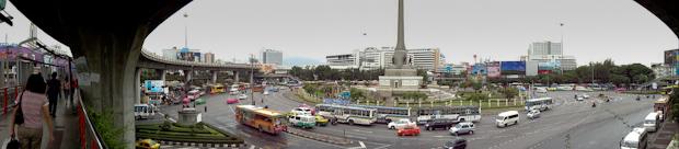 Victory Monument, donde está la parada de minivans que te llevan y traen de Amphawa.