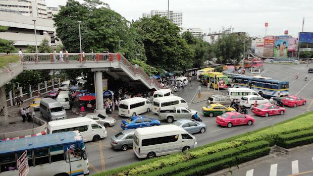 Los taxis de color fucsia o amarillo y verdes son los más abundantes y todos con taxímetro.