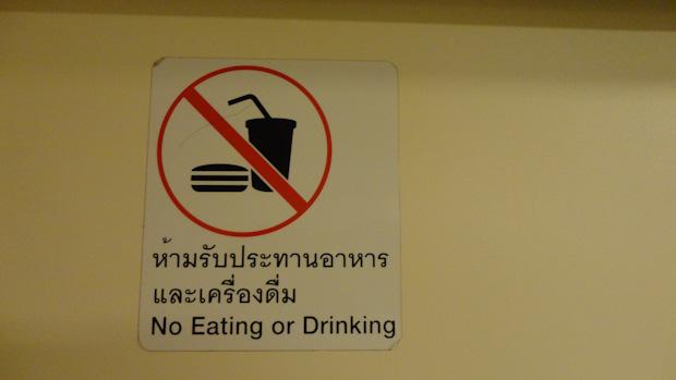 Indicaciones en tailandés e inglés. Para que quede todo clarito.