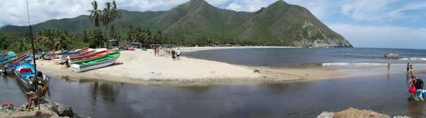 Vista de la desenvocadura del río Chuao en la playa, junto al embarcadero.