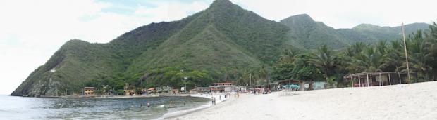 Vista de la playa de Chuao entre montañas.