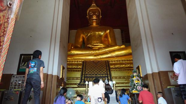 El enorme buda que preside la nave central del templo.