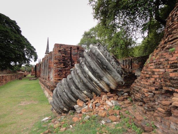 Ruinas y trozos de los antiguos templos.