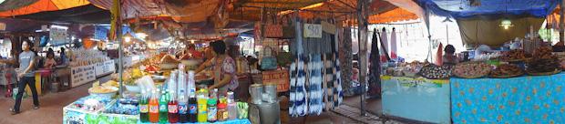 Mercado de productos locales junto a los templos.