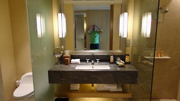 El lavabo, con el apartado del váter a la izquierda y la ducha a la derecha (y un servidor tirando fotos como un poseso)