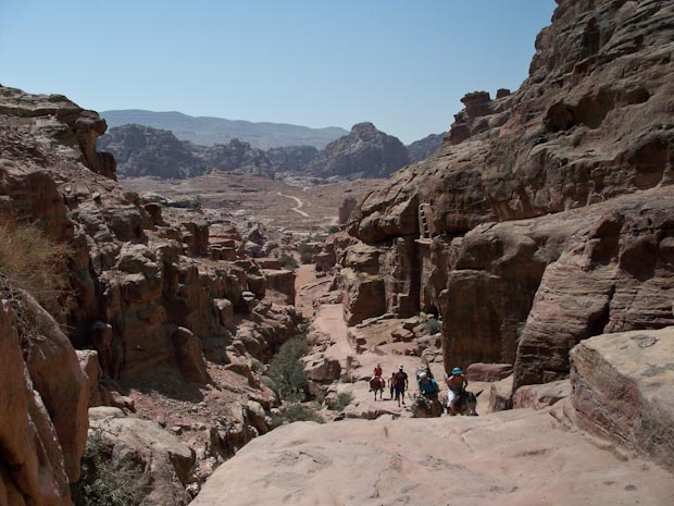 El camino de subida y un grupo de turistas que eligieron hacerlo en burro.