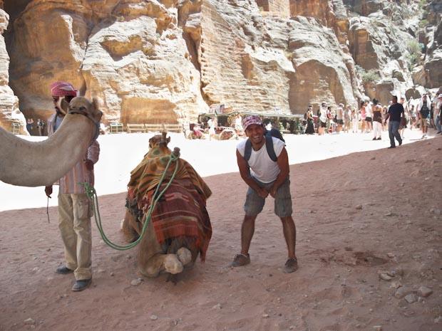 El paseo en camello tiene sus riesgos si no estás acostumbrado.