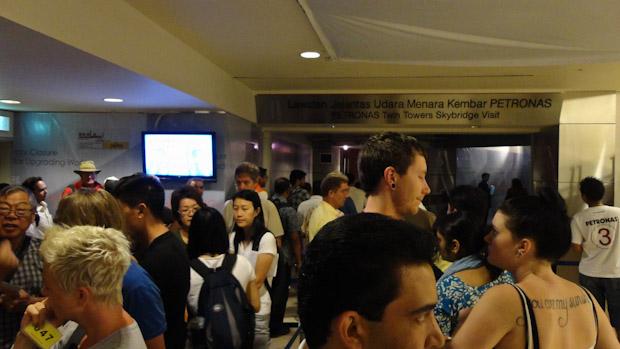 La cola frente a la taquilla. La pantalla muestra los turnos y horas para los que se venden entradas.
