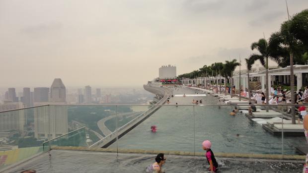 Vistas desde la piscina para niños pequeños. El SkyPark al fondo.