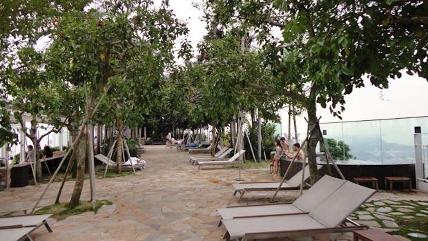 Zona de relax y paseo con jacuzzis con vistas al mar.