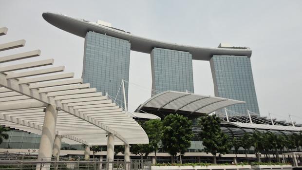 El hotel con su azotea en forma de barco donde está la piscina entre las torres uno y tres.