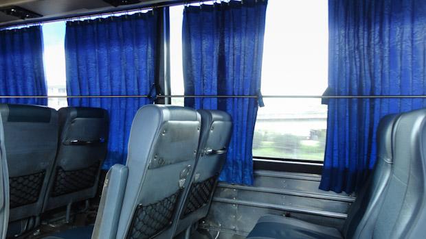 Asientos cómodos y anchos aun en autobuses locales.