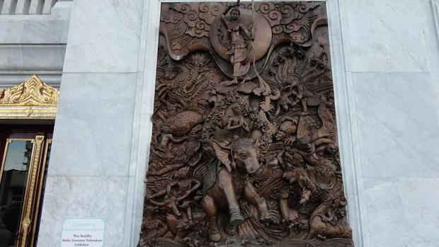Talla en madera de teka hecha a mano junto a la entrada del museo.