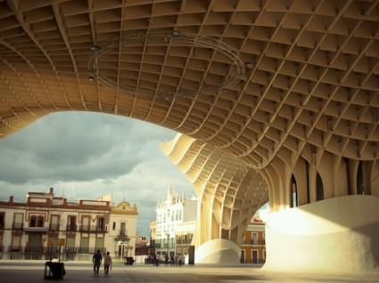 Bajo la estructura está el mercado municipal.