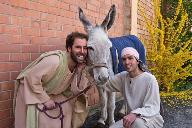 Isidro, en el centro de la foto con su cuidador durante la obra  Kiku (apóstol Santiago) y un familiar de ambos.