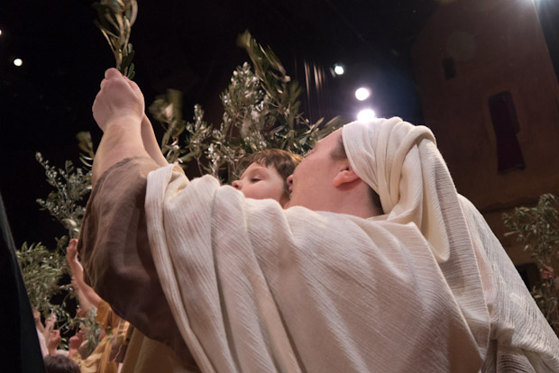 Madre e hijo celebran la llegada de Jesús a Nazaret.