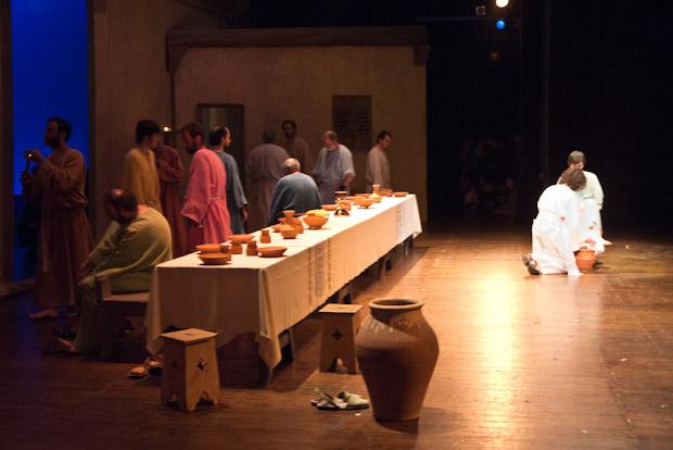 El momento en el que Jesús, lava los pies a sus discípulos.