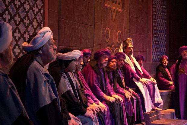 Miembros del Sanedrín (consejo de sabios) planeando apresar a Jesús.
