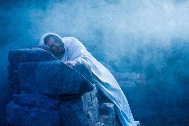 Jesús, en el huerto de los olivos, esperando ser apresado.