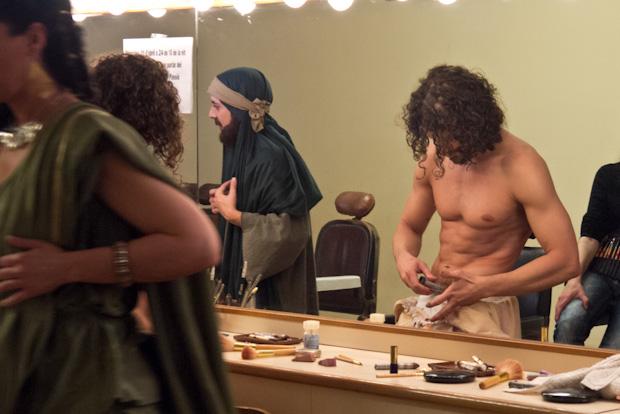 Jesús tiene que maquillarse todo el cuerpo para la segunda parte de la obra.